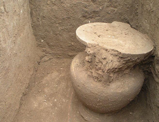 Il cratere a colonnette ritrovato poggiato su tibia e fibula destre dello scheletro dell'adulto.