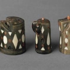 © rtigianato locale 14 pezzi di scacchi neri e 12 bianchi, II metà delXVI secoloAvorio, corno, corallo, H 2,9-4,5 cmCastello di Ambras, Innsbruck