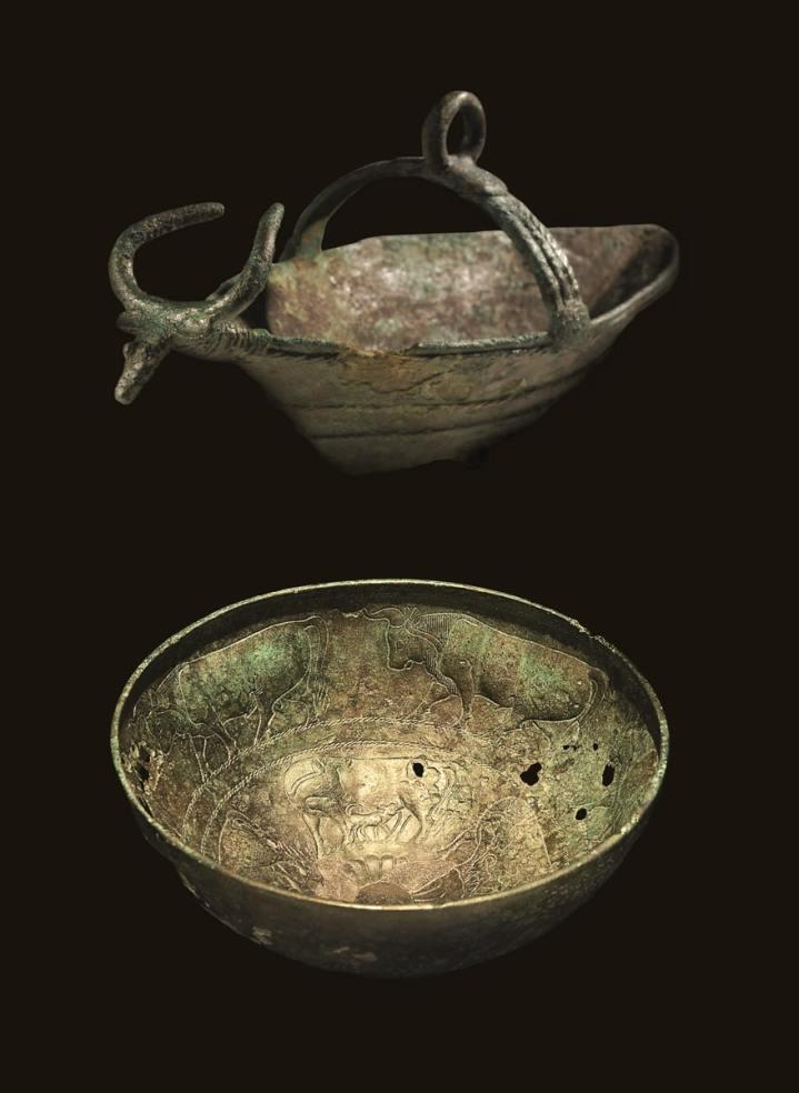 In alto navicella in bronzo dalla Sardegna nuragica. In basso coppa in bronzo con decorazione a sbalzo da tomba 74 Montevetrano