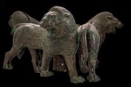 Base composta da tre leoni incedenti a destra, V secolo a.C. bronzo