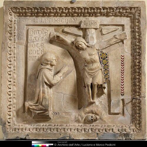 Nicola da Monteforte, 1311 Nicola da Monteforte ai piedi del crocifisso, scultura frammentaria in marmo, Benevento Museo del Sannio