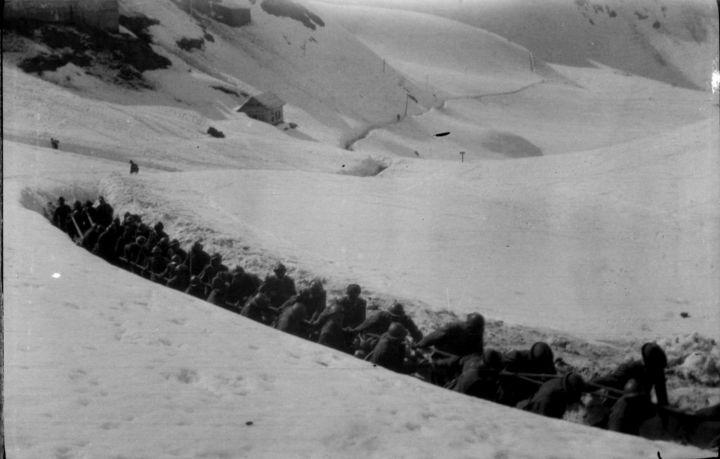 fig-6-fabio-bargagli-petrucci-alpini-e-artiglieri-trainano-unartiglieria-1918